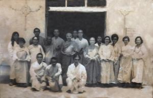 Biksuni Jinakumari (biksuni Indonesia yang Pertama) berdiri di sebelah kiri gurunya Bhante Jinarakkhita pada acara Purnapugar Wihara Dharmakirti Palembang 1973